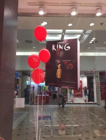 To – wystawka – baloniki i kartonowy stand