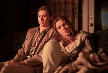 Bastion 2020 Owen Teague jako Harold Lauder i Odessa Young jako Frannie Goldsmith.