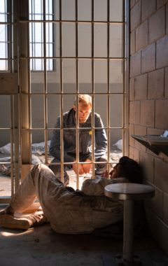 Bastion 2020 Alexander Skarsgård jako Randall Flagg i Nat Wolff jako Lloyd Henreid